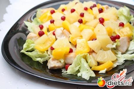 Салат с ананасом и копченой курицей и